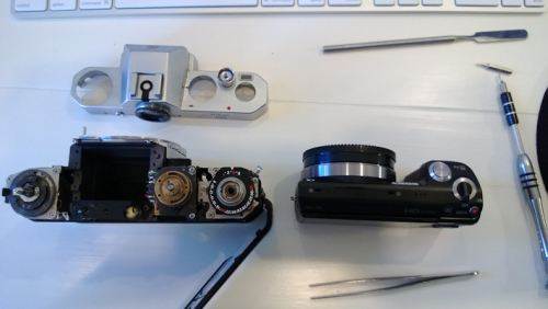 grip of the nex 5n is wider than the body of the nikkormat