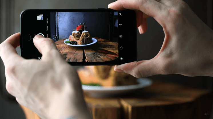 A wooden stump, a cookie sheet and foamcore – and you can make great food photos with your iPhone